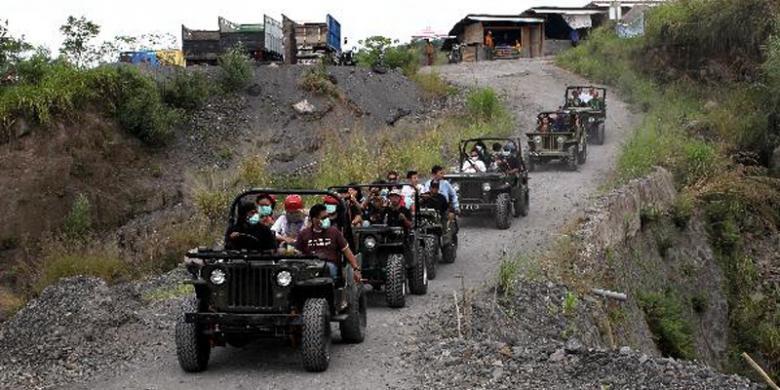 Wisatawan mengendarai mobil jip saat mengikuti wisata lava tour di ...