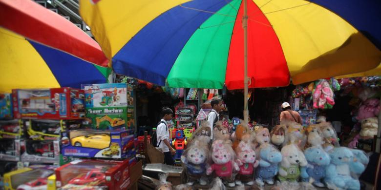 KOMPAS/PRIYOMBODO Aktivitas perdagangan mainan di Pasar Gembrong ...