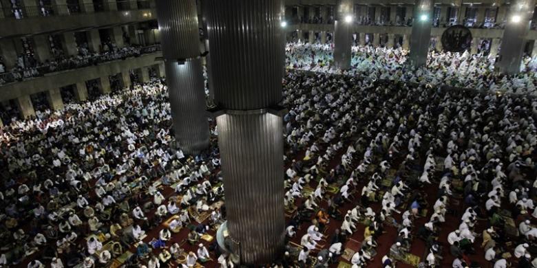 TRISNA Ribuan umat muslim melakukan Sholat Idul Fitri 1434 Hijriah