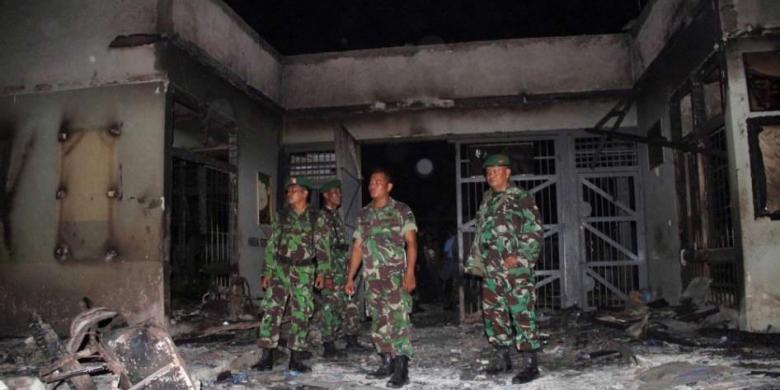 AFP PHOTO / IRWANSYAH PUTRA NASUTION Anggota TNI memeriksa puing ...