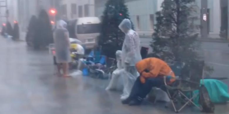 Pengantre iPhone 5S Diterjang Badai
