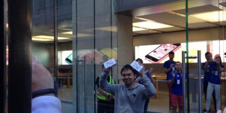 Orang Indonesia Jadi Pemilik iPhone 5S Pertama di Dunia