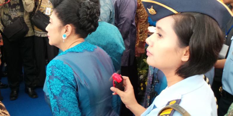 Kisah Ani Yudhoyono dan Kipas Mininya