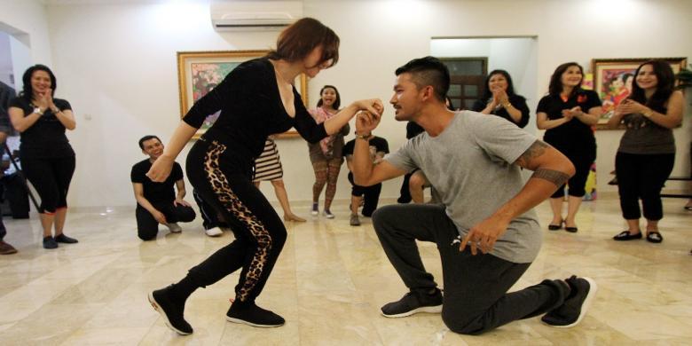skenario. Tapi, untuk bisa menari flamenco dan salsa, ia mengaku butuh