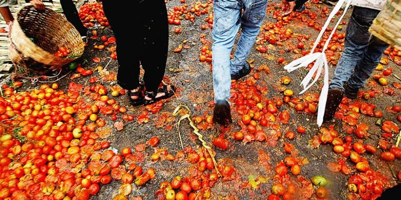 Perang Tomat Usir Sial