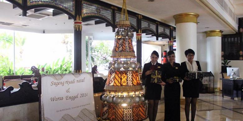 Canting hiasi pohon natal di santika jogja for Dekorasi lebaran hotel
