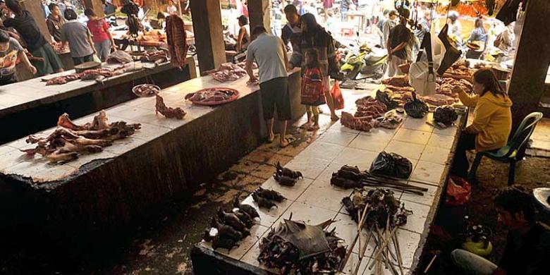 Lapak dagangan di Pasar Tomohon, Sulawesi Utara. Di pasar ini dijual sejumlah daging satwa liar yang merupakan hasil perburuan