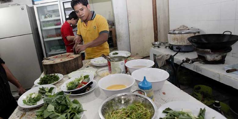 Kompas Riza Fathoni Suasana Dapur Di Restoran Taipan Seafood Manado