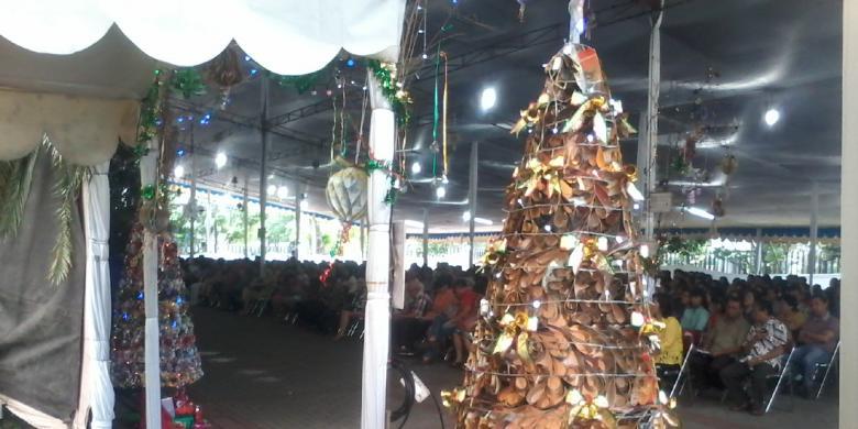 Hiasan Natal di Gereja Katedral Jakarta menggunakan bahan daur ulang