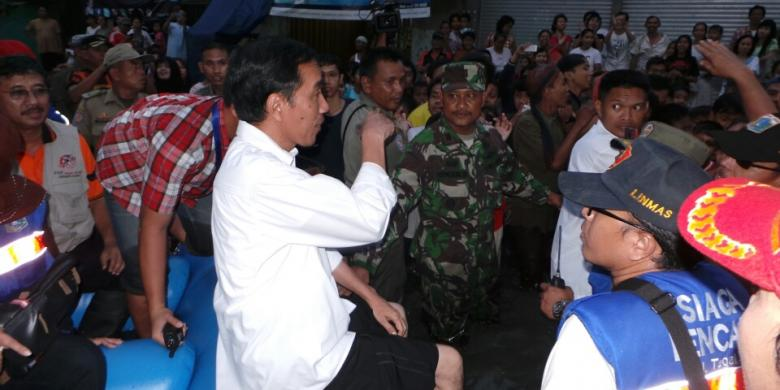http://asalasah.blogspot.com/2014/01/copot-sepatu-jokowi-nyebur-di-tengah-banjir.html