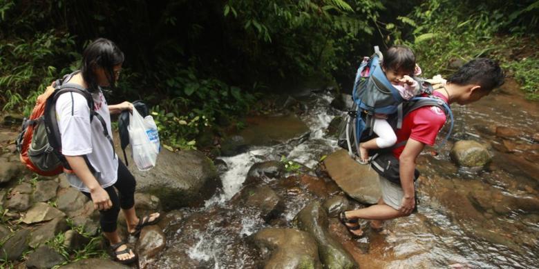 """""""Traveling"""" Dengan Anak Balita, Bawa """"Stroller"""" Atau """"Baby Carrier""""?"""