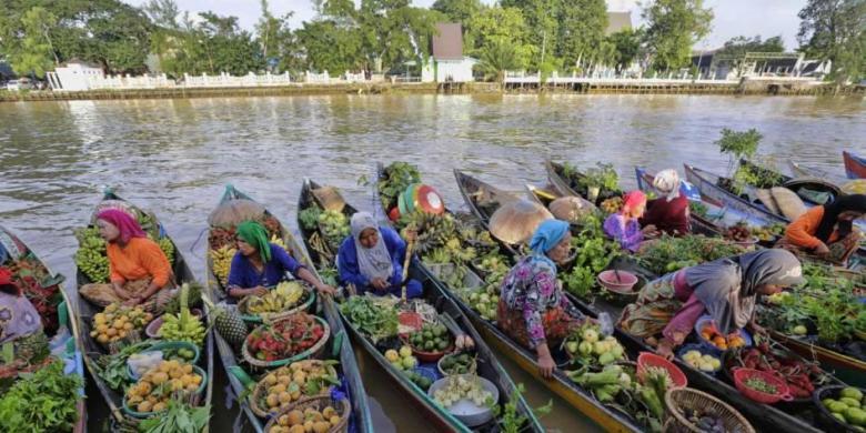 pasar terapung sungai martapura di pusat kota banjarmasin kalimantan selatan 23 maret 2017 berbeda dengan pasar lainnya kalsel