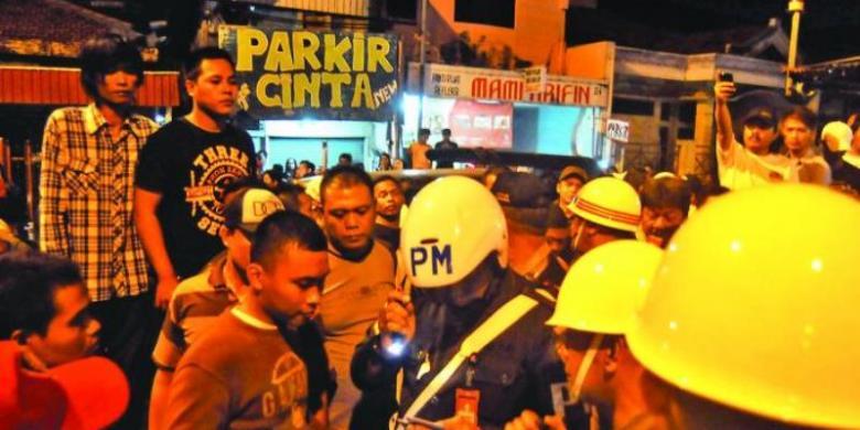... Razia yang digelar di kawasan Dolly Surabaya, Sabtu (24/4/2014) malam