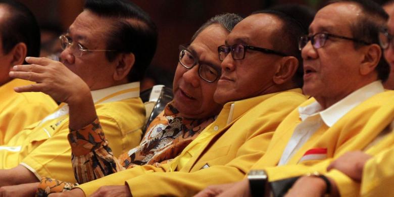 TRIBUNNEWS/DANY PERMANA Ketua Umum Partai Golkar Aburizal Bakrie (dua kanan) berbincang dengan sesepuh partai Ginandjar Kartasasmita (dua kiri), Akbar Tandjung (kanan), dan Agung Laksono (kiri) sebelum membuka acara Rapat Pimpinan Nasional di Jakarta Convention Center, Minggu (18/5/2014). Rapimnas Partai Golkar tersebut nantinya akan menentukan arah koalisi partai dan langkah Golkar jelang Pemilu Presiden Juli mendatang.