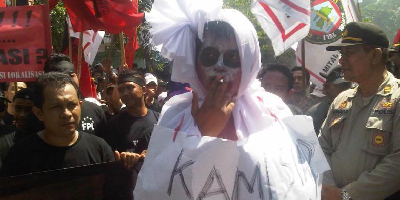 ... .com/Achmad Faizal Aksi pekerja lokalisasi Dolly menolak penutupan