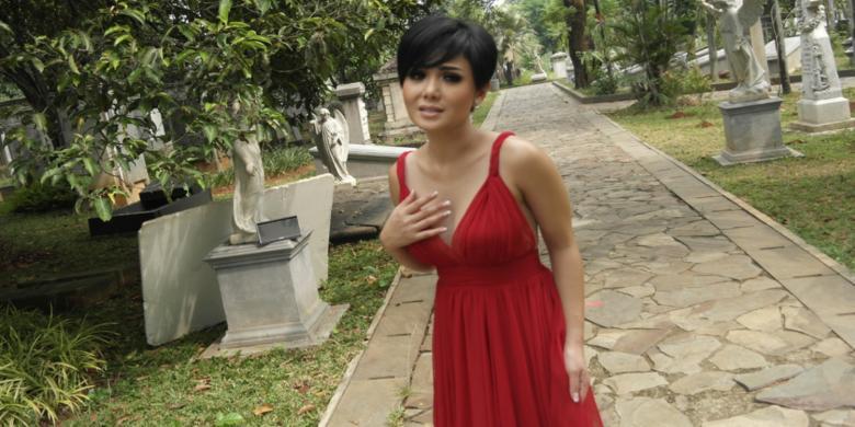 Gaun Merah Yuni Shara Bikin Bergairah !