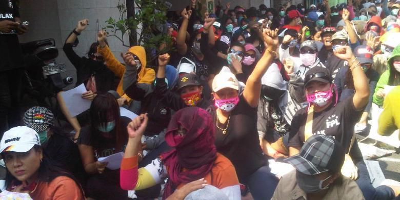 KOMPAS.com/Achmad Faizal PSK Dolly teriakan yel-yel tolak penutupan.