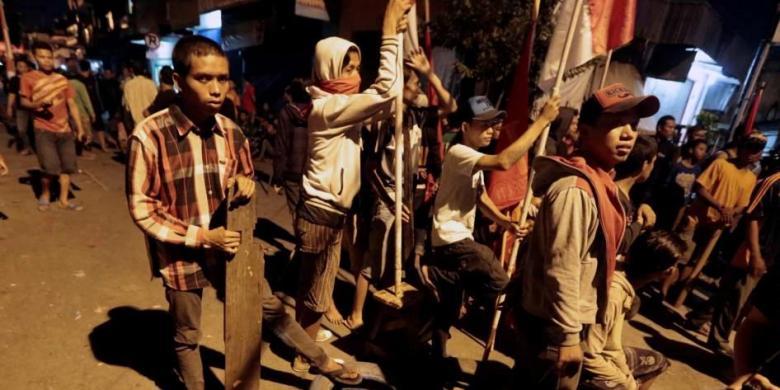AP PHOTO / DITA ALANGKARA Warga Gang Dolly Surabaya menutup jalan ...