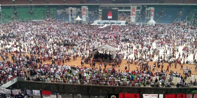 Didukung ratusan artis, konser 'Revolusi Mental, Salam Dua Jari' di GBK dipenuhi ribuan massa pendukung Jokowi-JK