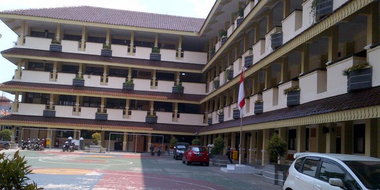 sekolah atau universitas