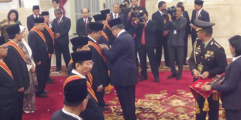 Seminggu Jelang Lengser, SBY Berikan 68 Tanda Kehormatan