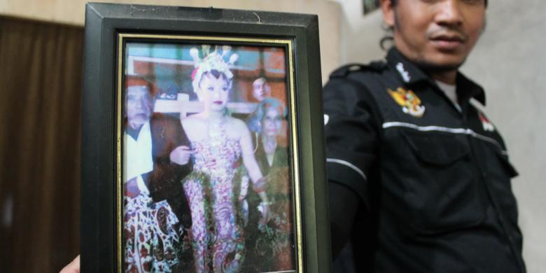 Foto sosok Ibu Linda atau Cempaka Aji Jaka Slewah, berdandan khas pengantin Jawa bersama Mbah Gini (kiri) dan seorang wanita lanjut usia. (KOMPAS.com/Ika Fitriana)