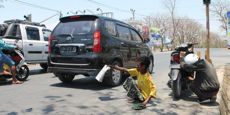 Manek, Pria Difabel Penjual Koran demi Sekolah Anak-anaknya