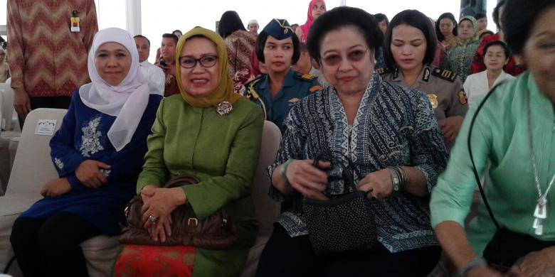 Foto by Andri Donnal Putera (Kompas). Ketua Umum PDI-P Megawati Soekarnoputri (kanan), istri Wakil Presiden RI Mufidah Jusuf Kalla (tengah), dan Menteri Sosial Khofifah Indar Parawansa (kiri), Rabu (5/11/2014).