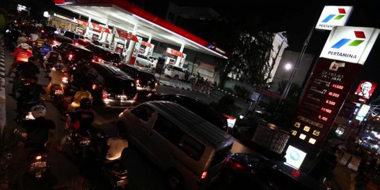 pengaruh kenaikan harga bahan bakar minyak Chief economist standard chartered indonesia, aldian taloputra, mengatakan  bahwa saat ini harga bahan bakar minyak (bbm) di indonesia.