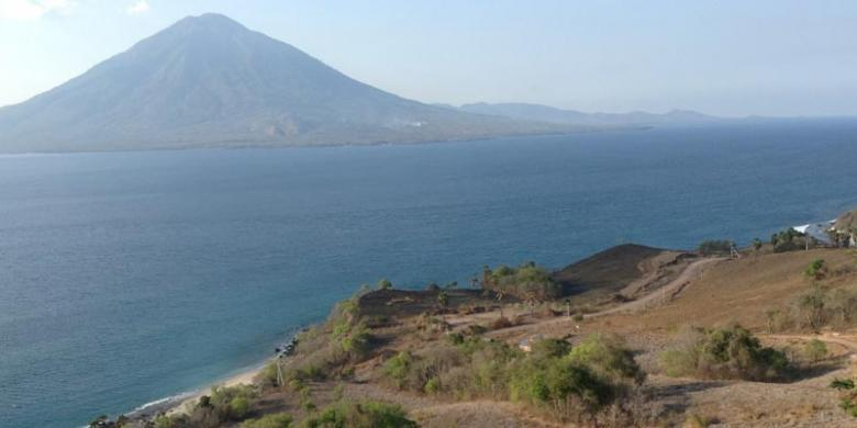 SENDY ADITYA SAPUTRA Memandang laut dari Bukit Doa Watomiten, di Desa ...
