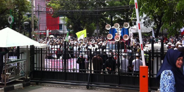Demo Tolak Ahok Di Dprd Dan Balaikota Gmj Tak Diterima M K Kompas