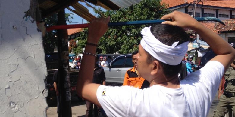 Rombongan Satpol PP Makan Siang di Restoran yang Akan Dibongkarnya