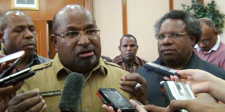 Gubernur Papua, Lukas Enembe (tengah) didampingi Bupati Kabupaten Mimika, Eltinus Omaleng (kanan) saat ditemui di Kantor Gubernur Papua, Selasa (17/2/2015).(alfian kartono)