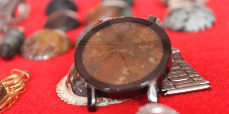 Nurdin jam tangan yang dikreasi dari bahan batu akik jenis klawing