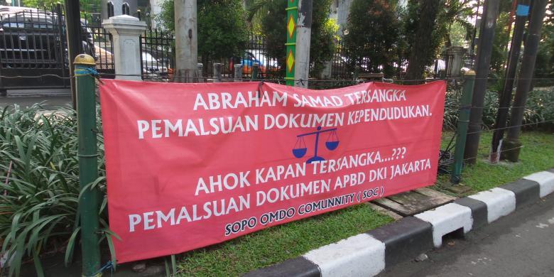 Spanduk Pro dan Kontra Ahok Hiasi Pagar Gedung DPRD DKI