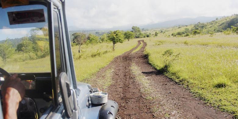 Sebuah jip Toyota hardtop menjelajahi medan lereng Gunung Tambora di sisi Kabupaten Dompu, Nusa Tenggara Barat (NTB)   Travel.kompas.com