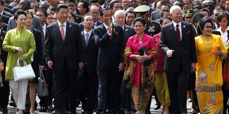 Presiden Joko Widodo bersama beberapa pemimpin Asia dan Afrika melakukan napak tilas di ruas-ruas jalan kota Bandung yang menjadi tuan rumah Konferensi Asia Afrika 60 tahun lalu.