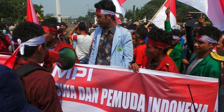 Mahasiswa Tutup Jalan Depan Istana Negara