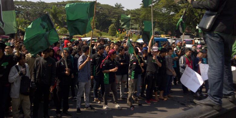 Tolak Jokowi, Mahasiswa dan Anggota DPRD Gelar Upacara di Tengah Jalan