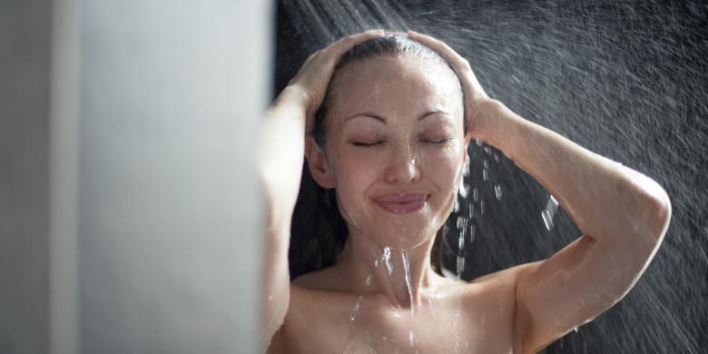 Mandi Air Hangat atau Air Dingin, Beda Manfaatnya