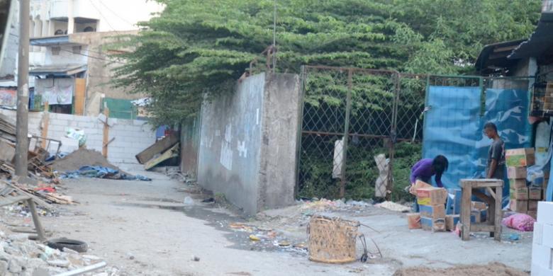 Kesal Bangunannya Dihancurkan, Dede Bangun Tembok di Jalan Raya
