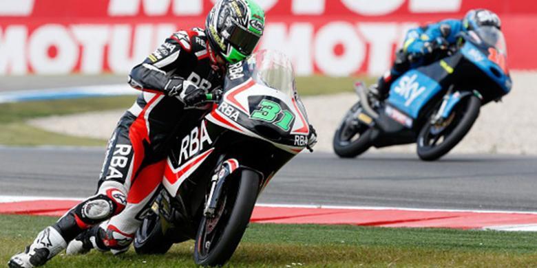 Pebalap Moto3 Selesaikan Lomba Pakai Lutut