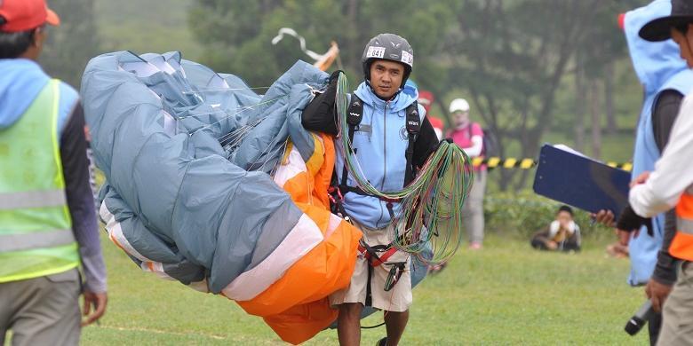 Local Boy Cisarua, Dede Supratman Juara Dunia Paralayang