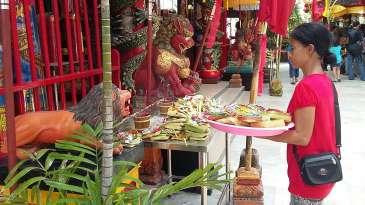 Umat Buddha di Kuta Menghaturkan Sesaji di Vihara Dharmayana