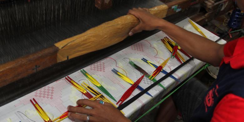 indahnya kolaborasi perancang busana dan perajin kain