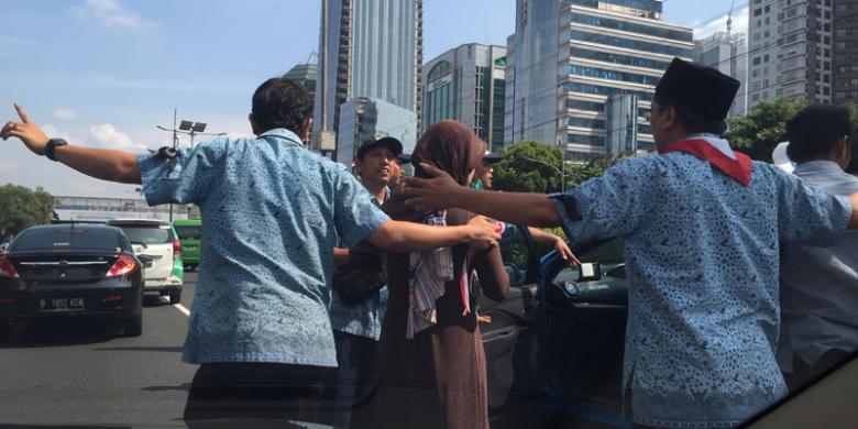 Ibu Gendong Anak Balita Dipaksa Pendemo Turun Di Tengah Tol, Ini Fotonya