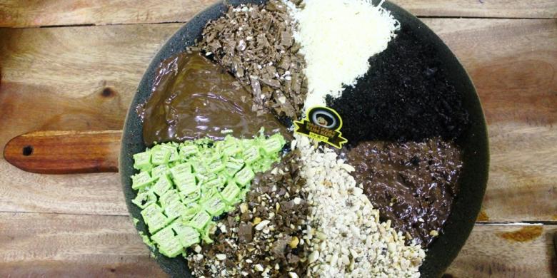 0914491Martabak Takesumi dengan adonan dasar berwarna hitam yang berasal dari arang bambu Jepang. Martabak manis ini dihiasi dengan 8 taburan yang kekinian 780x390 » Martabak Ini Berbahan Arang Jepang, Berani Coba?