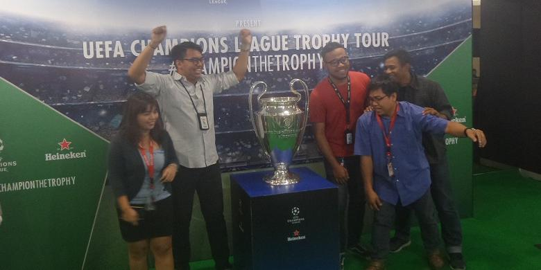 Trofi Liga Champions Mampir ke Gedung Kompas Gramedia