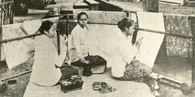 Kartini sedang membatik dengan adik-adiknya Rukmini (tengah) dan Kardinah (kiri) | Dok. Museum Pusat Jakarta/Arsip Kompas