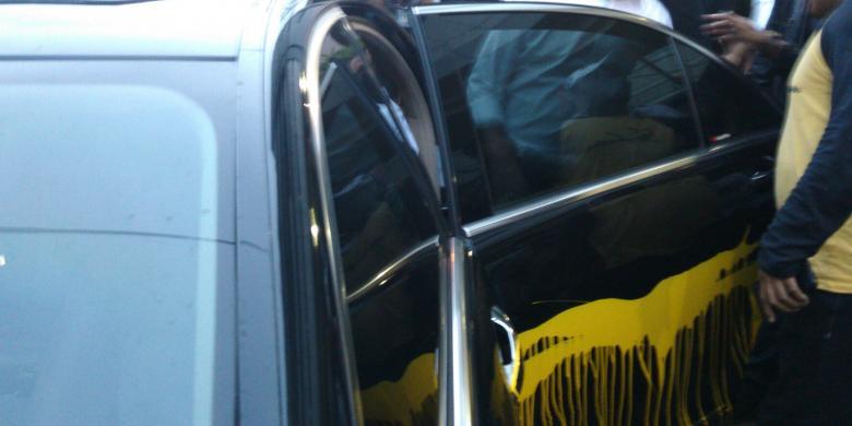 Mobil Mercy Yusril Disirami Cat Kuning di Bidaracina